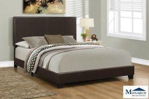 A brown bedroom se