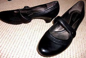 NATURALIZER Ladies size 9W black pumps