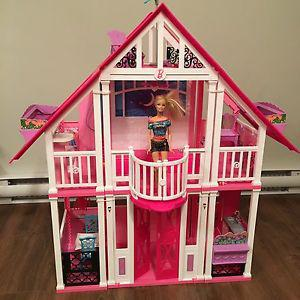 Barbie house and accessory