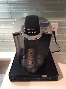 Keurig coffee maker with kpuck tray