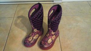 Girl's Bogs size 1 boots in good condition (22$)