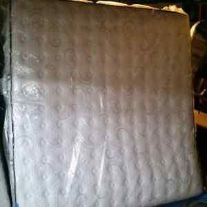 Kingsdown Ashwood king size mattress and box springs mint