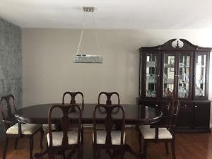 Ensemble de salle à diner. Buffet, table en bois et 6