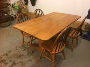 Kitchen table with 4 chairs / Table de cuisine avec 4