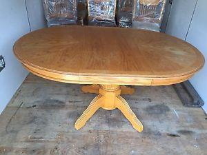 Oak dinning room table and 6 chairs