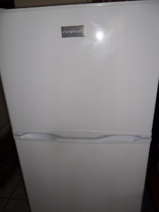 "24"" wide X 60 "" high Fridgeaire FROST FREE APT SIZE FRIDGE"