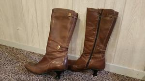 Size 6 womens boots. In great shape