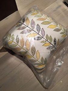 6 pillows / end table