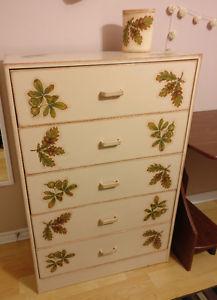 I'm selling a beautiful dresser made in decoupage + vas