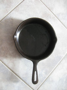 OLD 6.5-in. TWO-EGGER DOUBLE-SPOUTED CAST IRON FRY PAN