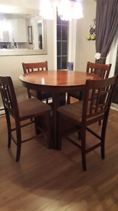Beautiful kitchen table with 6 chairs & leaf
