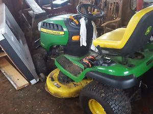 JOHN DEERE Lawn Tractor D130