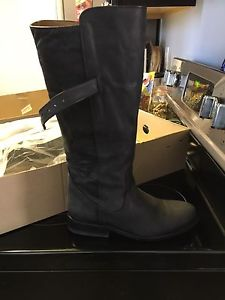 New never worn boots size 9