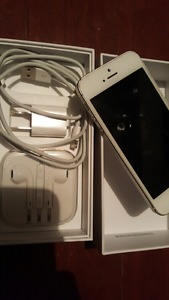 Iphone 5s with charger and headphones
