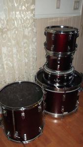 Selling a 5 piece Tama Swingstar drum kit. Nice deep red