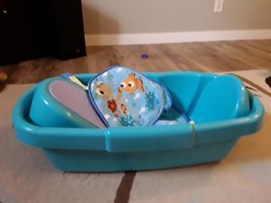 Baby bathtub.6-12 month boy clothes