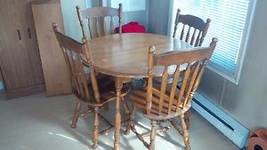 Solid wood dining room set. 4 chairs and table extension
