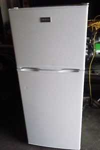 "24"" WHITE APARTMENT SIZE FRIDGE 6-MONTHS OLD"