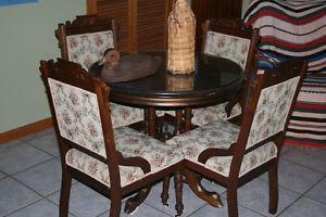 Ensemble de chaises et tables antiques