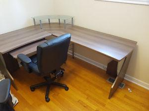 Corner computer/office desk with chair