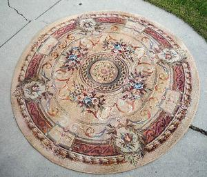 ROUND rug in excellent condition like new BIG SIZE