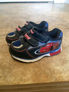 Size 6 toddler boys Lightning McQueen light up shoes. Good