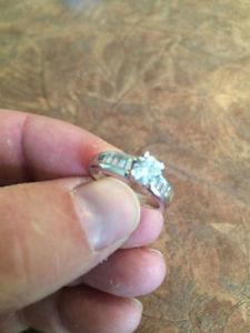 ONE CARAT DIAMOND GOLD ENGAGEMENT RING
