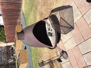 Acorn fire pit, with screen and fire tool set
