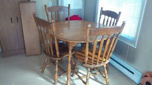 Kitchen table 4 chairs and 2 expansion leaf