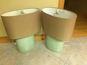 2 nightstand lamps