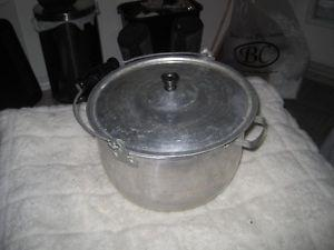 Vintage Aluminum 28 Cup Capacity Cooking Pot with Lid