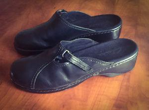 **WOMEN'S BLACK CLARK'S SLIDE ON LEATHER SHOES FOR SALE-SIZE