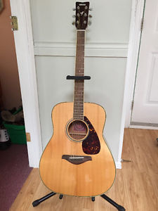 Yahama FG720s guitar and stand like new