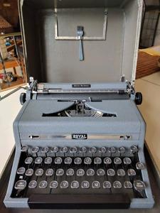Antique -  Royal Quiet De Luxe Typewriter
