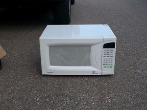 Goldstar Microwave Oven  watt 1.3 Cu.ft. $70 - Salmon