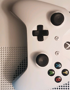 White Xbox one s with one controller
