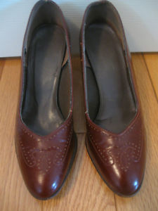 """PAIR of LADY'S BURGANDY LEATHER DRESS SHOES...2.5"""""""
