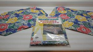 INDOOR/OUTDOOR VINYL TABLECLOTH & 4 MATCHING PLACEMATS-NEW