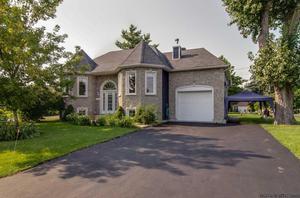 Belle maison avec 2 garages parfaite pour mécanicien Grande