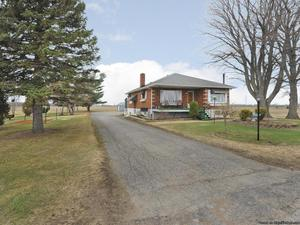 Maison à St-Zotique avec 2 GRANDS GARAGES + remise et +++