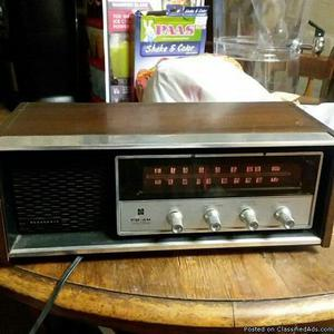 Vintage Panasonic RE- FM AM Solid State Table Top Radio