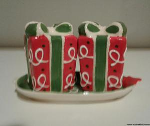 CHRISTMAS HOLIDAY GIFT BOX SALT & PEPPER SHAKERS-NEW