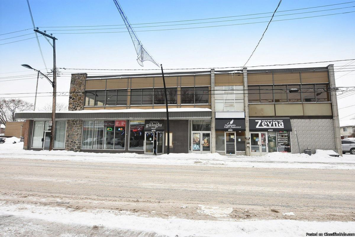 Commercial building with large parking Montreal North