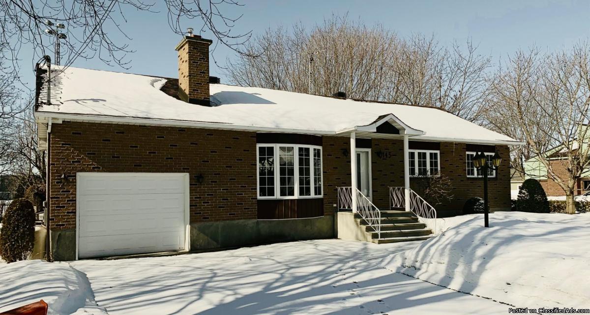 Chaleureuse maison avec garage et superbe terrain à