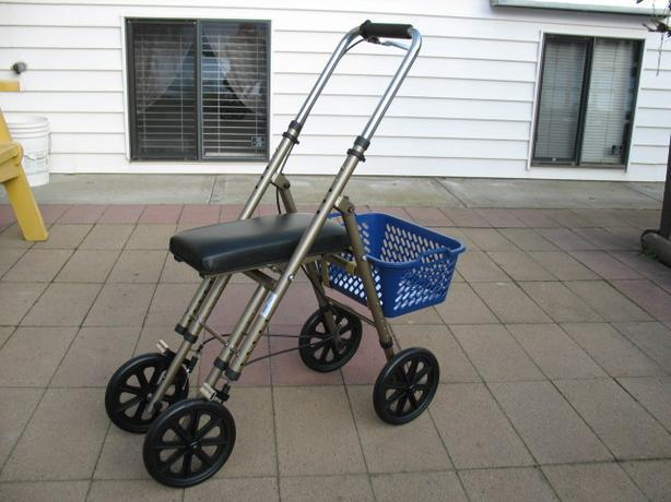 LIKE NEW DRIVE COMPACT KNEE WALKER FOR SALE