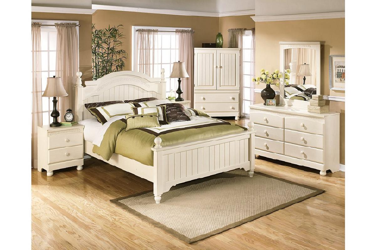 Newer Bedroom Set * Queen Bed w/Mattress, Nightstand,