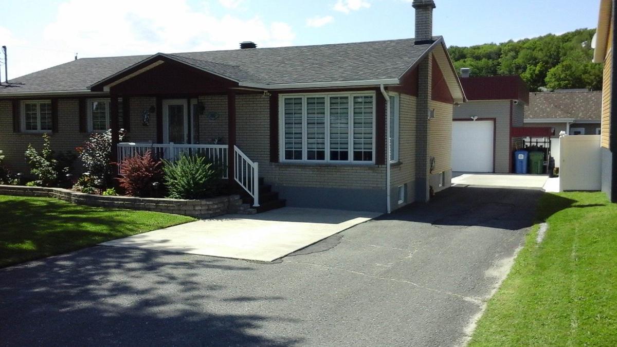 Belle propriété rénovée avec immense garage 26 x 32 à