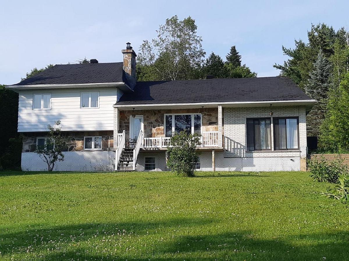 Maison rénovée avec garage et grand terrain