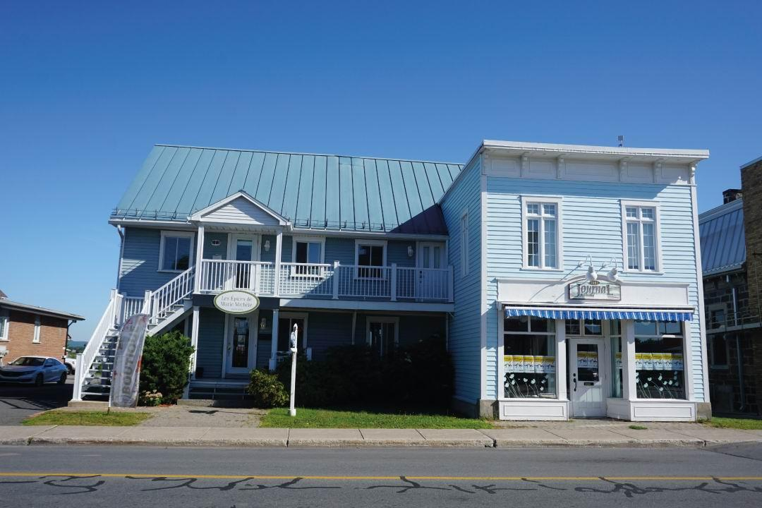 Semi-commercial building on the edge of the Chambly Basin