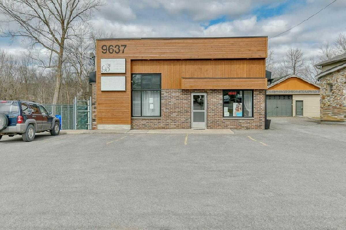 Commercial building with 3 rented spaces for sale St-Canut